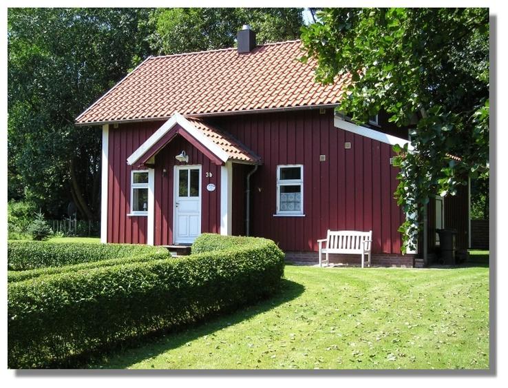 Rotes Sommerhaus am Meer