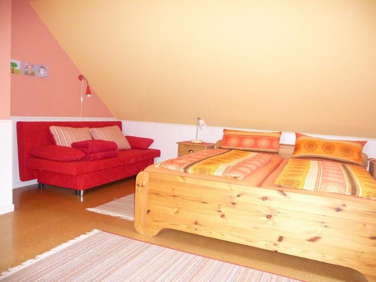 Doppelbett und Ausziehcouch