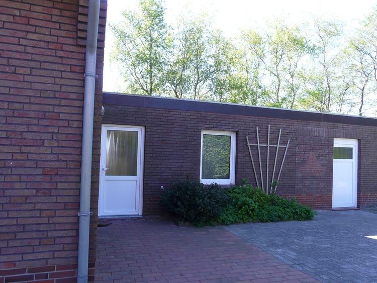 Blick auf Eingangstür und Fahrradschuppen
