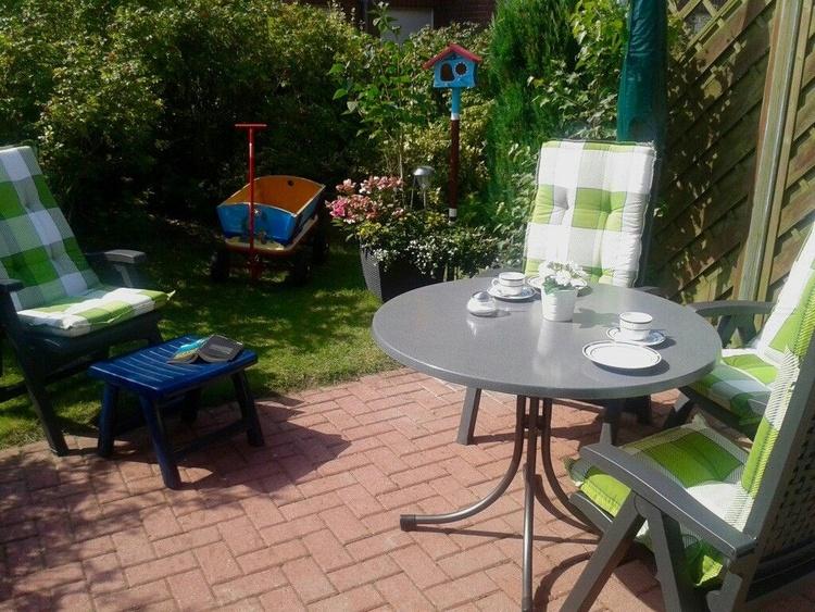 Relaxen mit Ostfriesenkrimi auf der sonnigen Südterrasse