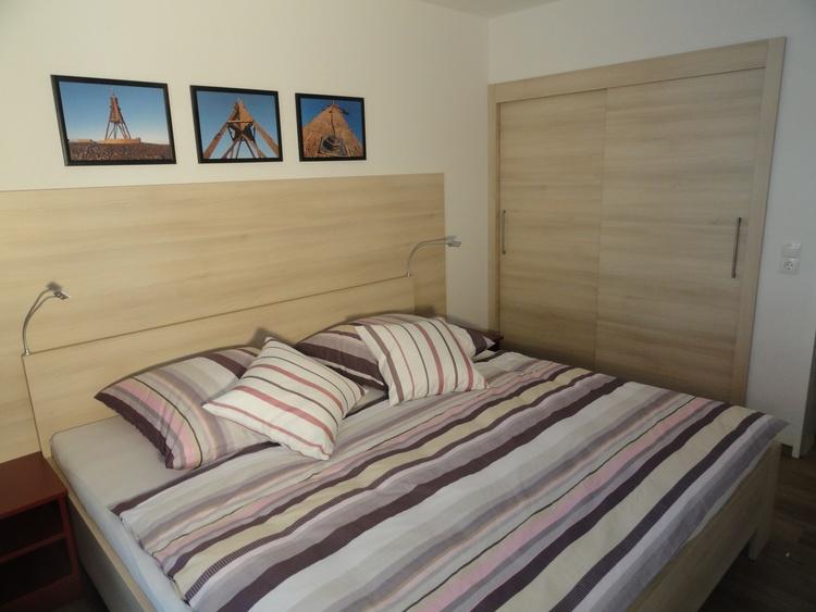 Schlafzimmer mit Doppelbett 2,00x2,00m