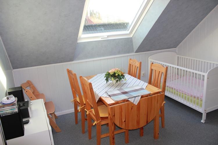 Eßzimmer ev. mit Kinderbett