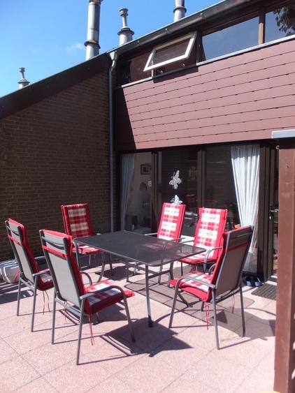 Terrasse mit 6 Stühlen und Holzkohlegrill