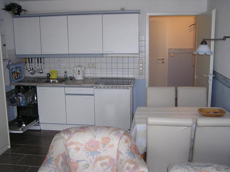 Die Küche mit Ceranfeld und Spülmaschine