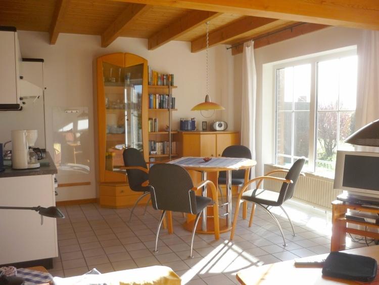 Teil des Wohnzimmers: Essecke und Küchenzeile