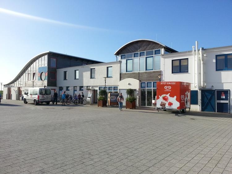 Blick auf die Kurverwaltung und das Kinderspielhaus in Dorum Neufeld