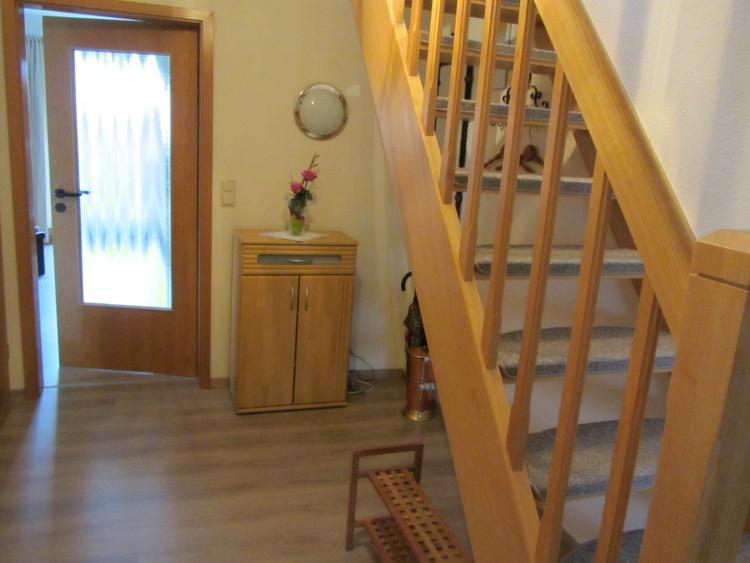 Flur und Treppe zum 2. Schlafzimmer
