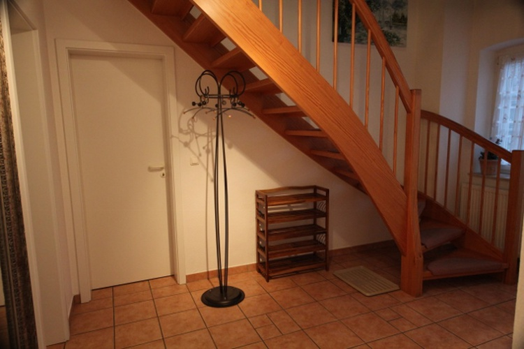 Holz-Wendeltreppe mit rutschfestem Stufenbelag