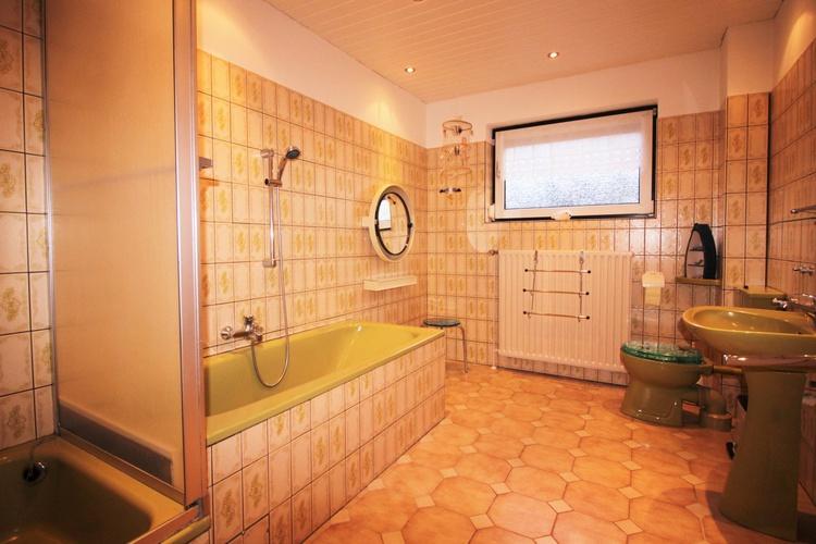 Bad mit Dusche/Wanne