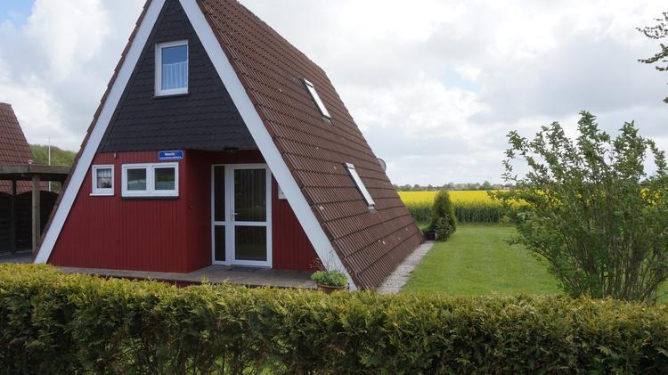 Die ruhige unverbaute Südlage macht dieses Nurdachhaus besonders aktraktiv