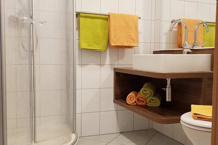 Modernes Bad mit Fußbodenerwärmung und Handtuchheizkörper