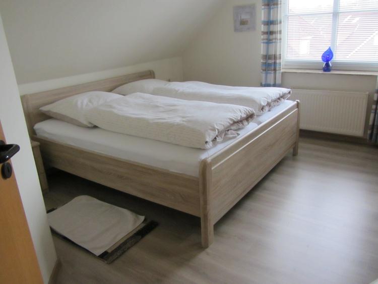 !.Schlafzimmer mit Seniorenbetten