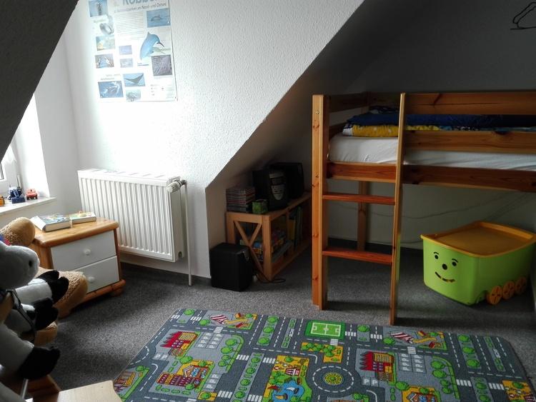 Die Spielecke im Kinderzimmer unter dem halben Hochbett