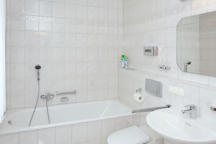 Bad mit großer Duschkabine/ Regendusche, Badewanne u. Fußbodenheizung     Badewanne