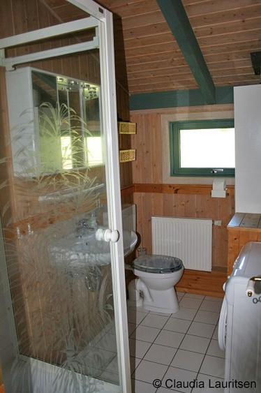 Duschbad mit WC und Waschmaschine