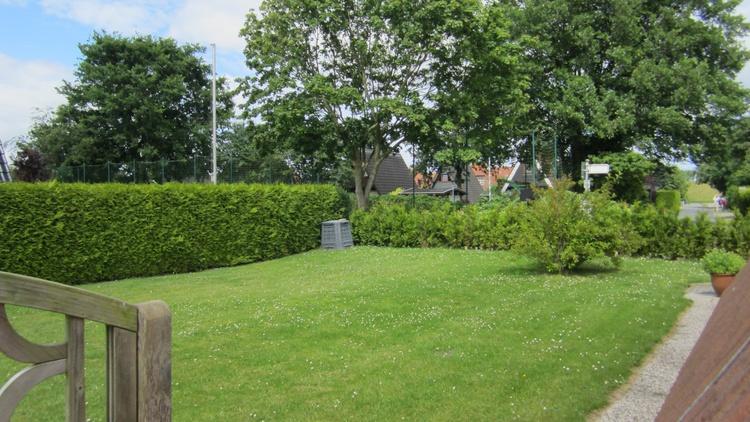Die große Rasenfläche bietet mehrere Möglichkeiten sich aufzuhalten. Westseite vom Haus!