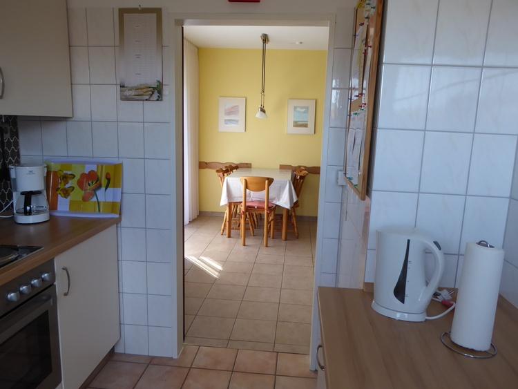 Blick aus der Küche zum Essbereich im Wohn-/Esszimmer