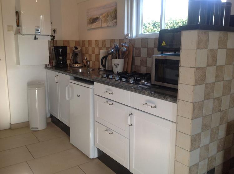 Komplett eingerichtete Küche mit Kaffeemaschine, Senseo, kleinem Backofen, alle Gewürze, Toaster