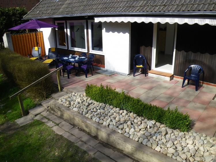 große kaum einsehbare Terrasse mit direktem Zugang zum eigenen Garten