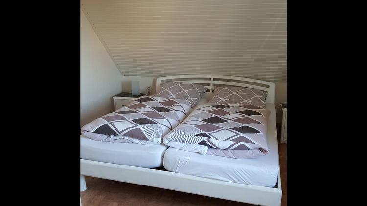 Schlafzimmer m. Doppelbett, Kleiderschrank m. Ganzkörperspiegel