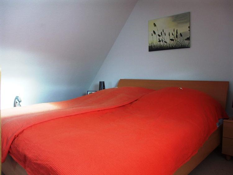 großes Schlafzimmer mit Doppelbett (1,80 x 2,00 m)