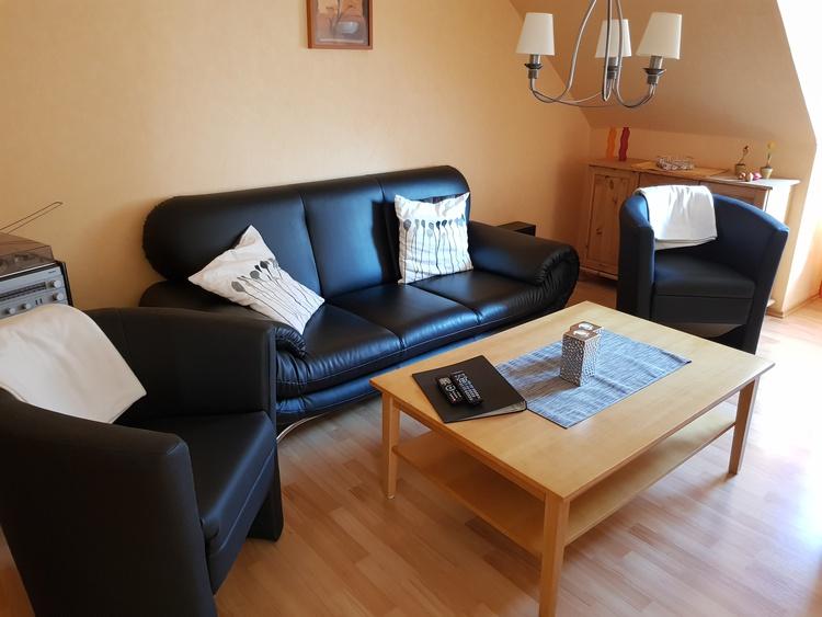 Wohnzimmer m. TV und Essecke