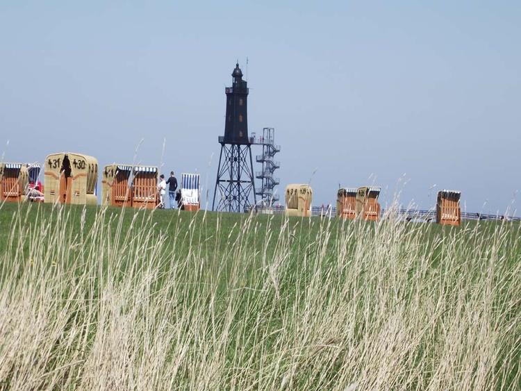 Blick auf den Strand und den Leuchtturm in Dorum Neufeld