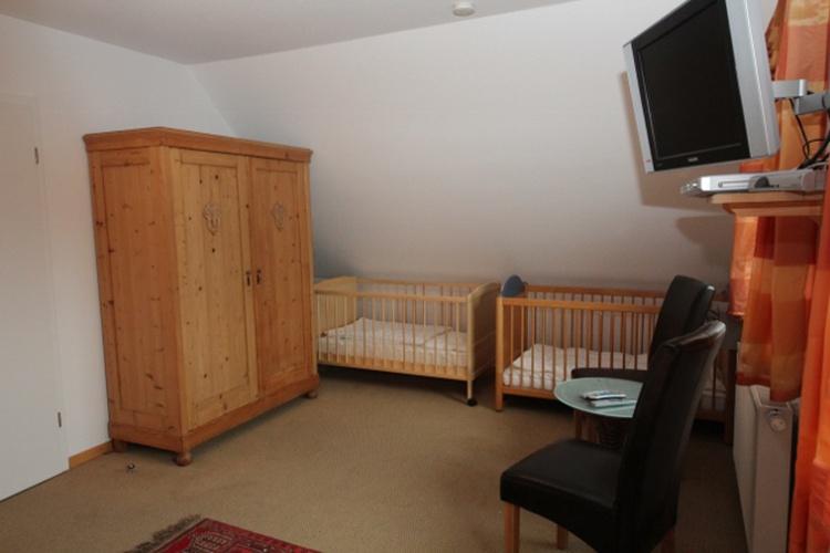 """Die Gitterbetten für die """"Kleinen"""" und ein schöner Echtholzschrank"""